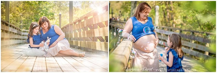 photo grossesse maman avec grande soeur en extérieur